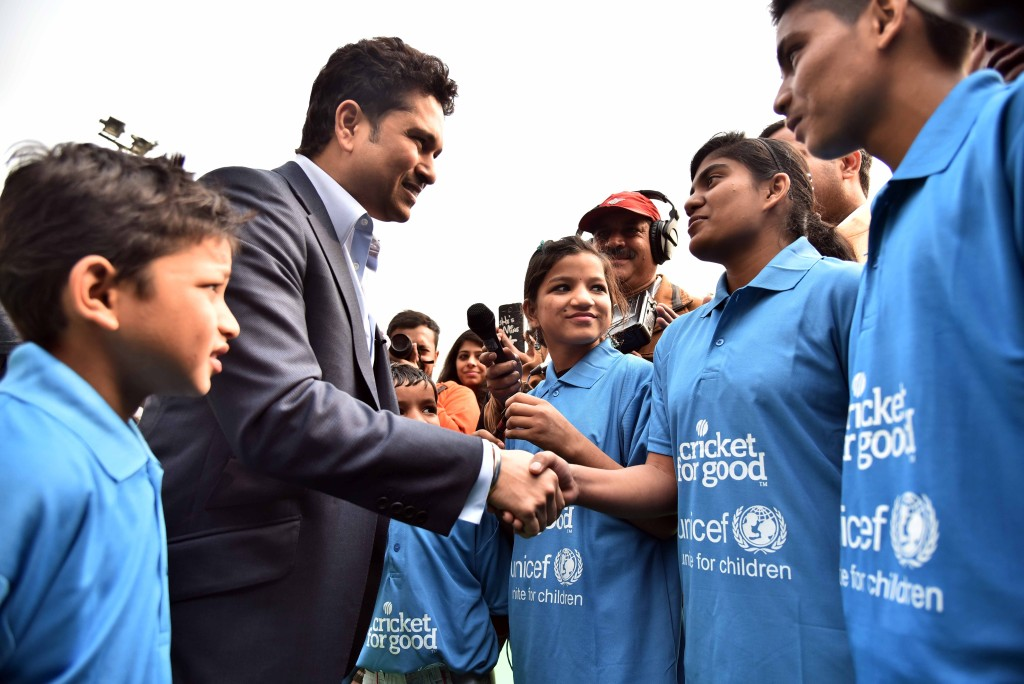 Sachin Tendulkar with the school children who are part of the Swachh Team. Photo credit: UNICEF