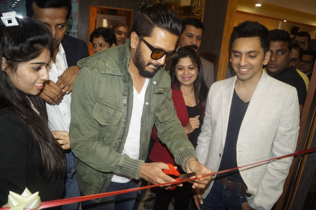 Riteish Deshmukh inaugurating Gold's Gym at Maharani Bagh.